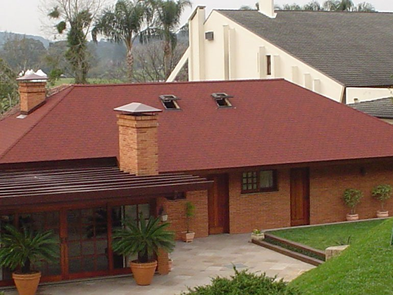 casa com telhas germânicas shingle estilo quatro águas