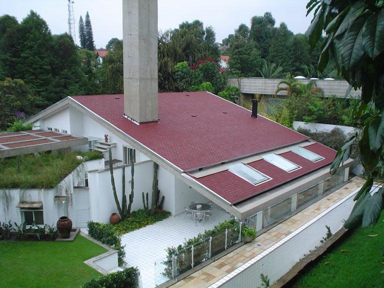 casa com telhas germânica shingle cor vermelha