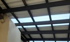 Varanda em telha ecológica de PET pintada em branco impressiona no visual